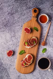 크림 치즈와 무화과를 곁들인 홈메이드 여름 토스트, 위쪽 전망.