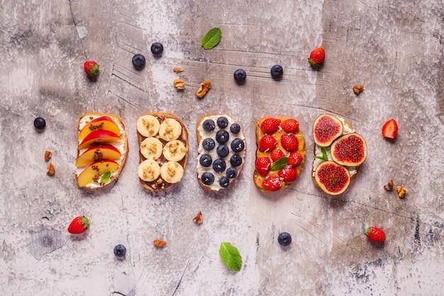 크림 치즈, 너트 버터, 과일, 딸기를 곁들인 홈메이드 여름 토스트, 꼭대기 전망.