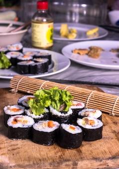 Домашние суши с лососевой рыбой