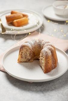Домашний сладкий булочка с сахарной пудрой