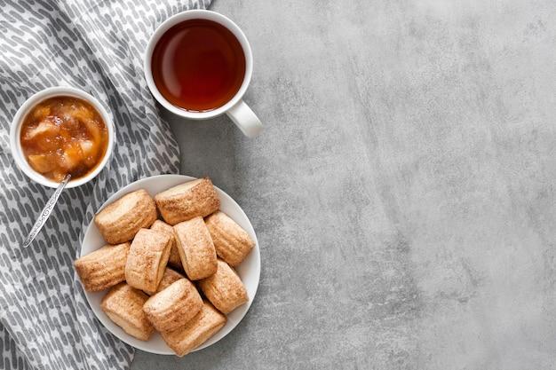 수제 달콤한 계피 쿠키, 차 한잔과 회색 배경에 사과 confiture 상위 뷰