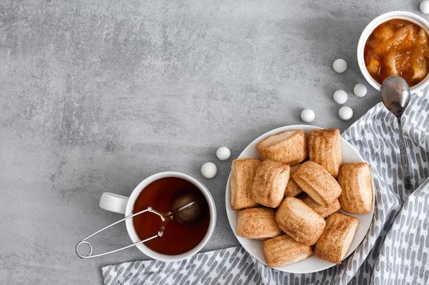 自家製の甘いシナモンクッキー、紅茶、リンゴのコンフィチュール