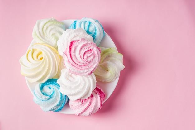 Домашнее сладкое безе на розовом