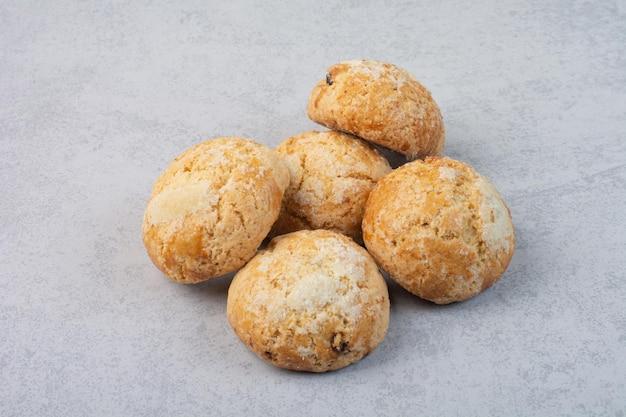 灰色の背景に自家製の甘いクッキー。高品質の写真