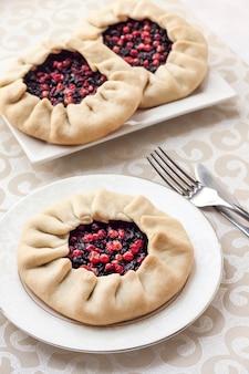 プレートにニワトコとカウベリーを添えた自家製の甘い四旬節のパイ