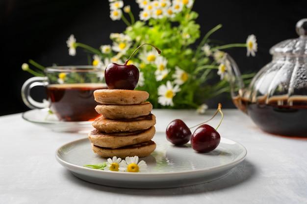チェリージャムとアロマティーを使った自家製の甘いミニパンケーキ。