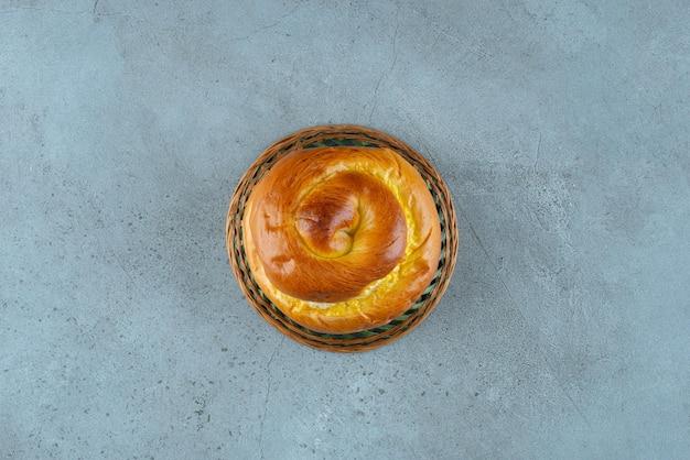 세라믹 그릇에 홈메이드 달콤한 패스트리입니다.