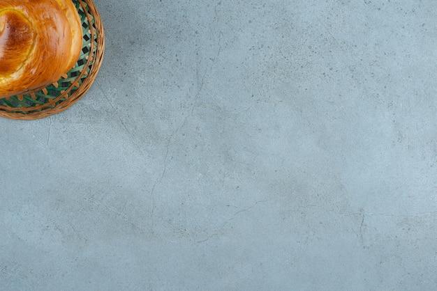 セラミックボウルに自家製の甘いペストリー。
