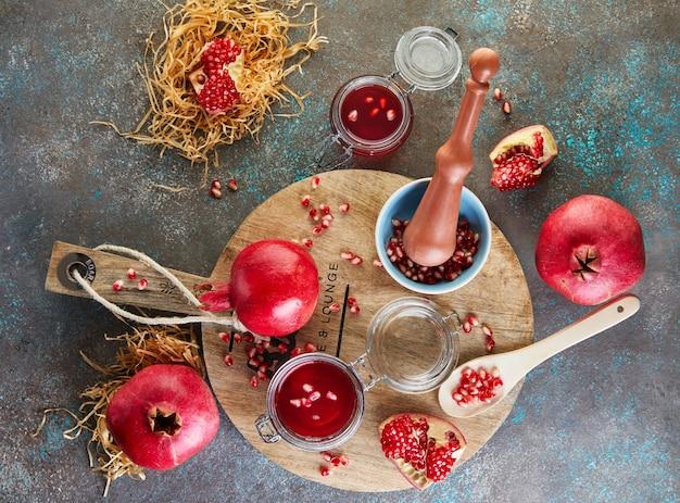 木製のスタンドにザクロの種が入った瓶に入った自家製の甘い赤いザクロシロップ