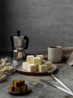 Домашние сладости, суфийское голубиное молоко с кокосом, зефир на тарелке