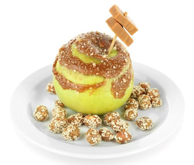Домашнее яблоко ириски, изолированные на белом