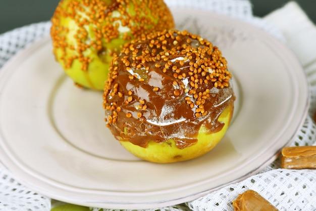 나무 표면에 냅킨에 만든 태피 사과
