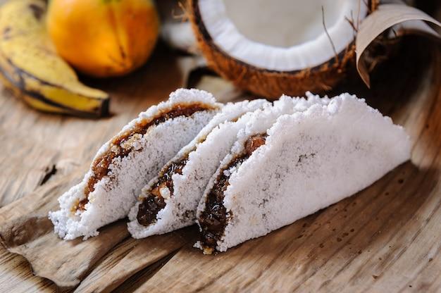 브라질 북동부 지역의 달콤한 코코넛과 바나나의 진미를 곁들인 홈메이드 타피오카