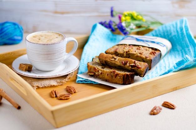 ピーカンナッツと一杯のコーヒーと自家製のおいしいバナナパイ