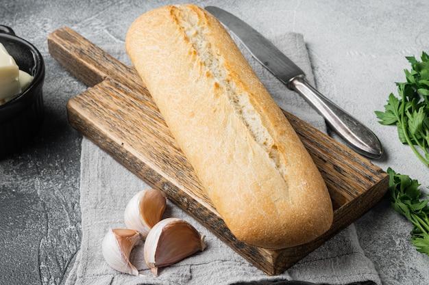 회색 돌 탁자 배경에 마늘과 허브 재료를 넣은 홈메이드 맛있는 빵