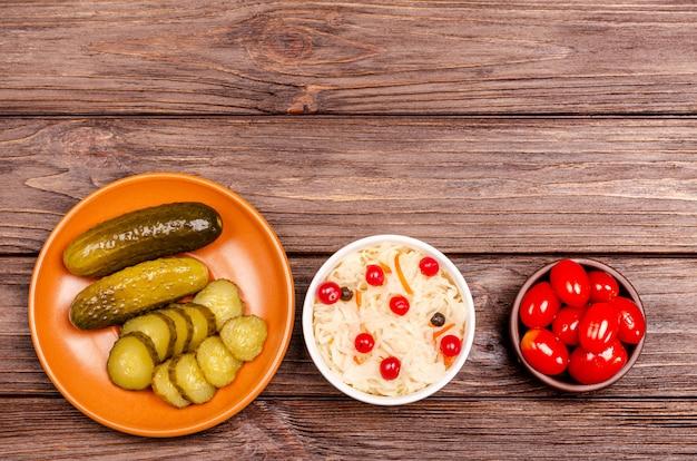 소금에 절인 양배추, 토마토, 피클-접시에 직접 만든 맛있는 발효유 제품