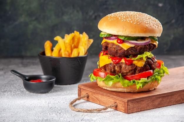Panino gustoso fatto in casa su tavola di legno pomodori fritti su superficie sfocata