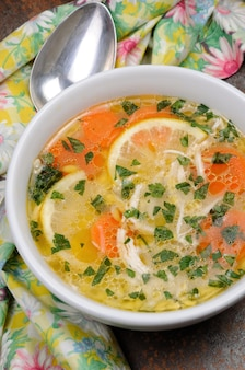 치킨 레몬 오르조와 신선한 파슬리 잎을 곁들인 홈메이드 부드러운 수프