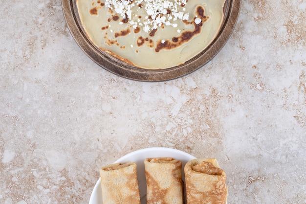 Crepes fresche sottili fatte in casa per colazione o dessert