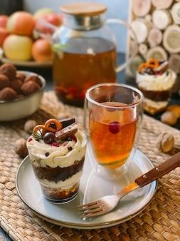 크림 치즈, 초콜릿, 젤리, 딸기를 곁들인 홈메이드 사소한 일.