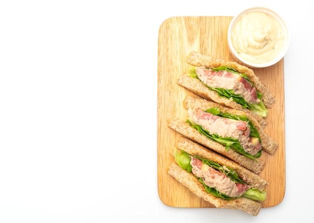 Домашний бутерброд с тунцом, изолированные на белом фоне