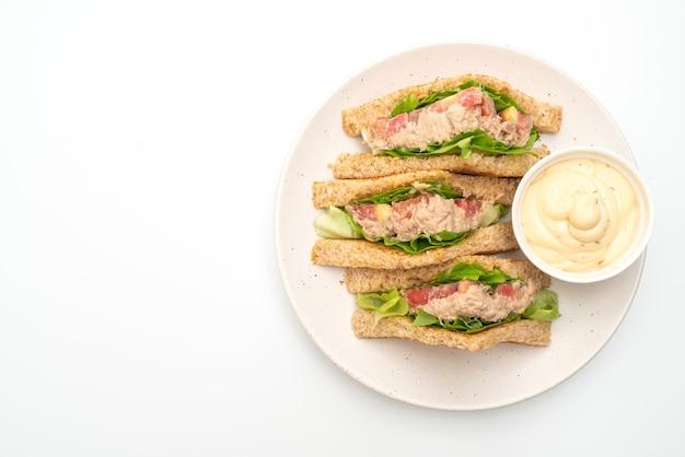Домашний бутерброд с тунцом на белом столе