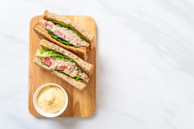 Домашний бутерброд с тунцом с помидорами и листьями салата