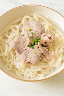 맑은 수프에 돼지 고기를 넣은 수제 우동라면