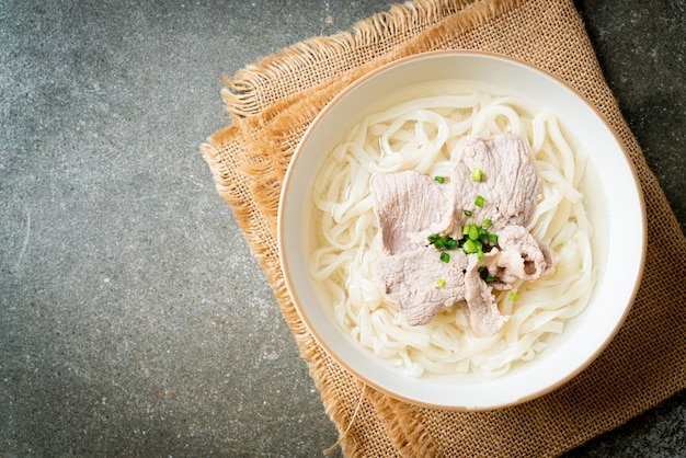 맑은 국물에 돼지고기를 넣은 수제 우동 라면
