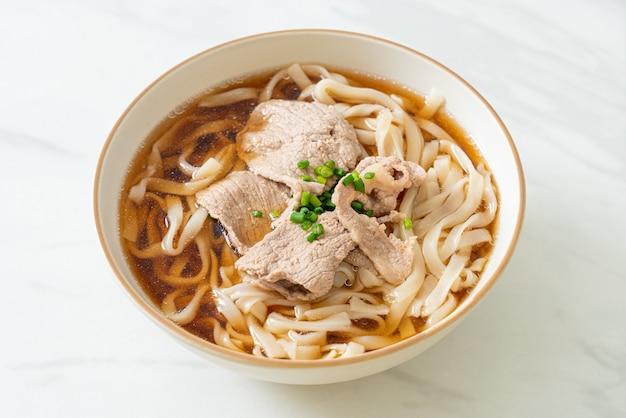 Домашняя лапша удон рамэн со свининой в соевом супе или сёю