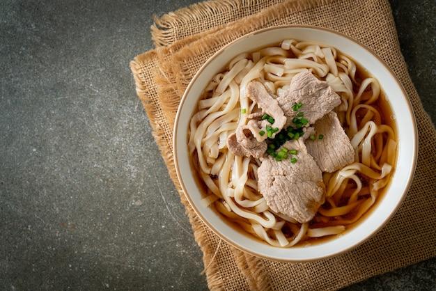 自家製うどんラーメンと豚肉の醤油汁
