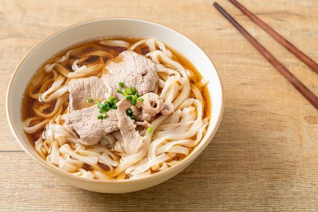 간장 또는 쇼유 수프에 돼지고기를 넣은 수제 우동 라면