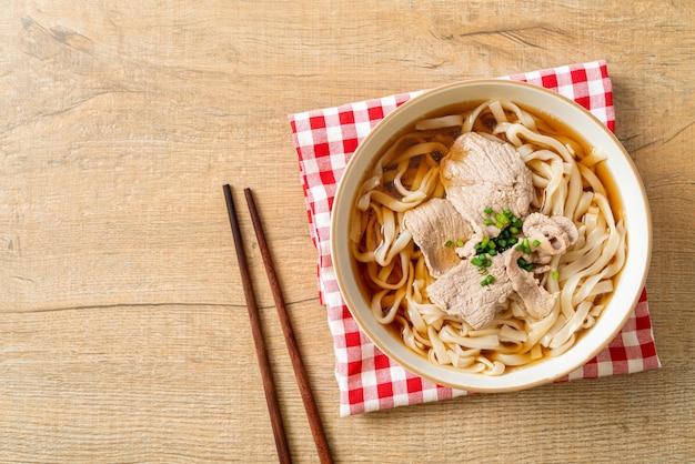 自家製うどんラーメンと豚肉の大豆またはしょうゆスープ