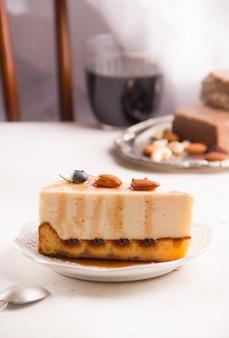 가벼운 테이블에 견과류와 함께 홈메이드 바닐라 치즈 케이크. 복사 공간