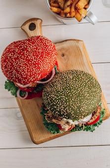 カラフルなパンを使った自家製の様々なチキンバーガー