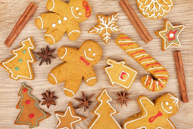 Домашние различные рождественские пряники на деревянных фоне