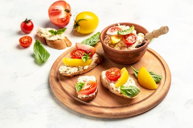 Домашний веганский сэндвич хлеб с сыром, помидорами черри и листьями базилика. чистое питание, диета, концепция веганского питания. вид сверху
