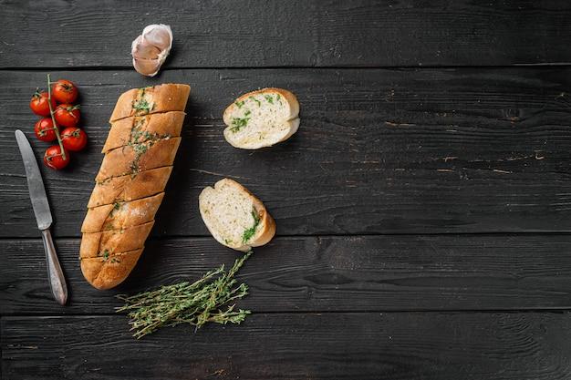 집에서 만든 채식 샌드위치 크림 치즈 버터 마늘 빵 세트, 검은색 나무 테이블 배경, 위쪽 전망 플랫 레이, 텍스트 복사 공간
