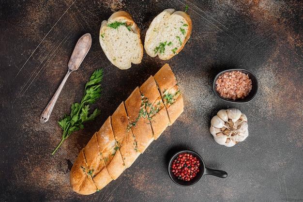 집에서 만든 채식 샌드위치 크림 치즈 버터 마늘 빵 세트, 오래된 어두운 소박한 테이블 배경, 위쪽 전망 평면