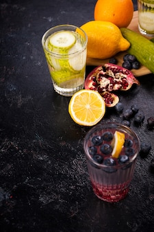 木の板にさまざまな果物や野菜からの自家製ビタミン水