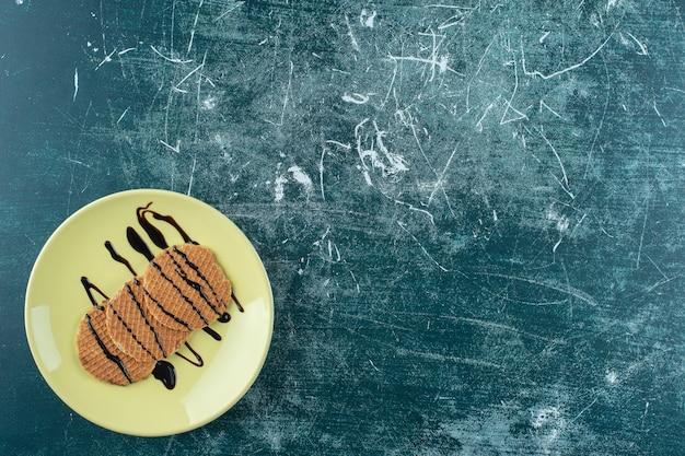 Cialda fatta in casa su un piatto, sullo sfondo blu. foto di alta qualità