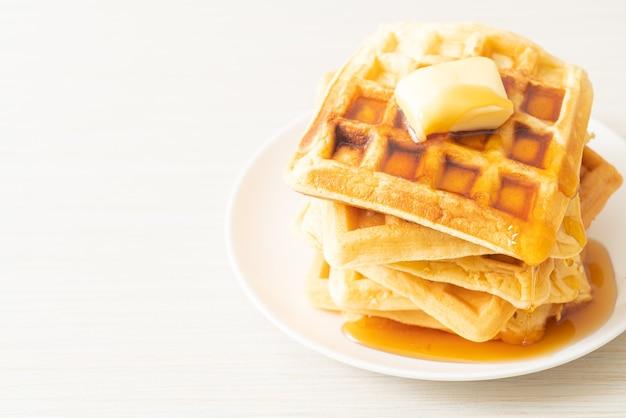 バターとハチミツまたはメープルシロップを添えた自家製ワッフルスタック
