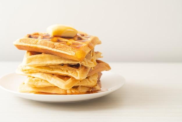 Домашняя стопка вафель с маслом и медом или кленовым сиропом