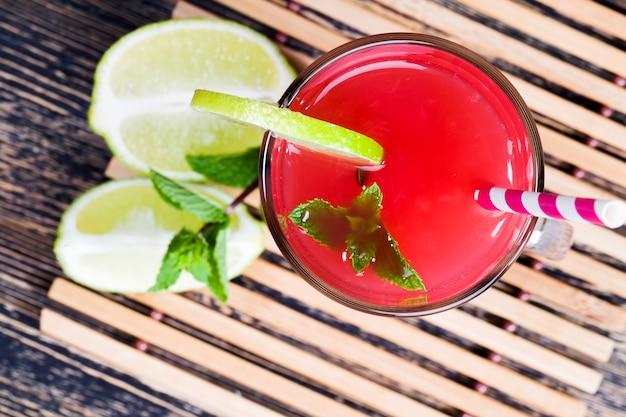 빨갛고 과즙이 풍부한 수박으로 여름이나 가을철에 만드는 수제 수박 주스, 무설탕 붉은 주스, 천연 건강식