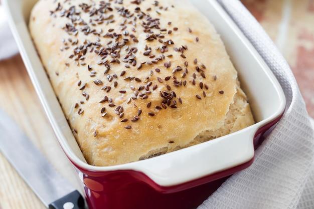 セラミックグラタン皿に亜麻の種子と自家製小麦パン