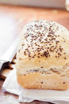 Домашний пшеничный хлеб с семенами льна