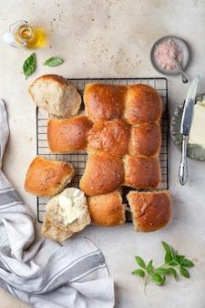 Домашние пшеничные цельнозерновые дрожжевые булочки на завтрак