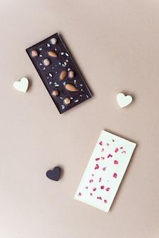 Домашние плитки белого и черного шоколада с малиной и миндалем