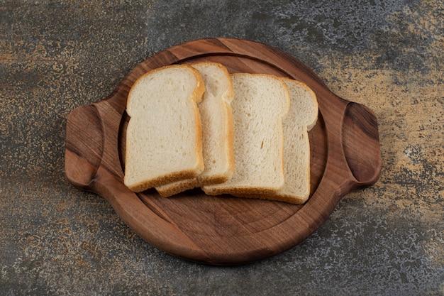 나무 보드에 만든 흰 빵입니다.