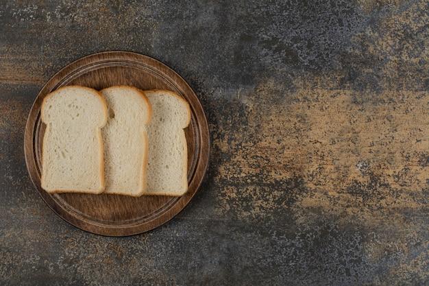 木の板に自家製の白パンのスライス